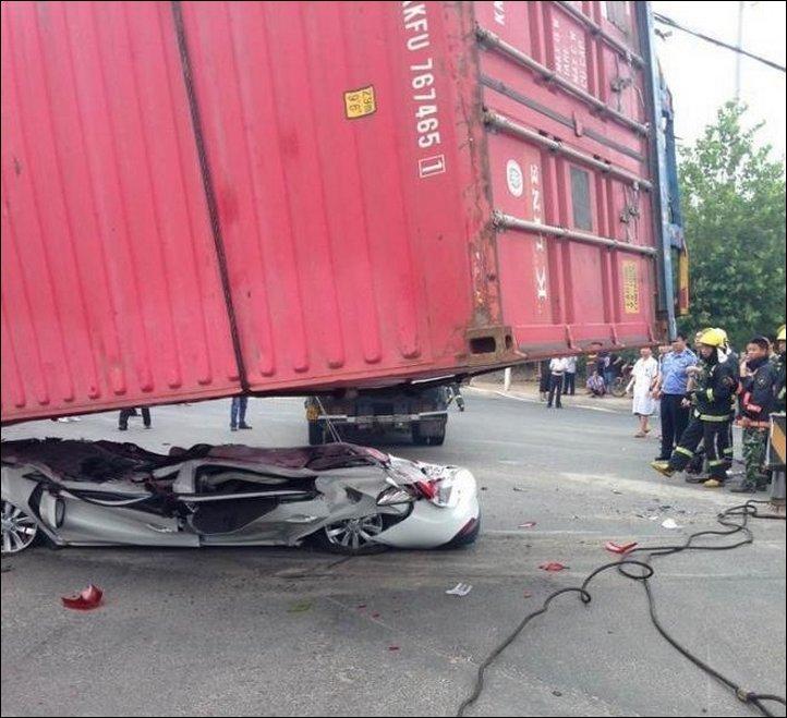 【奇跡】中国で落ちてきたコンテナにペシャンコにされた車、これでドライバー生存ってマジか!!(画像)・1枚目