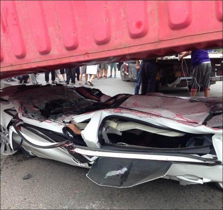 【奇跡】中国で落ちてきたコンテナにペシャンコにされた車、これでドライバー生存ってマジか!!(画像)・2枚目