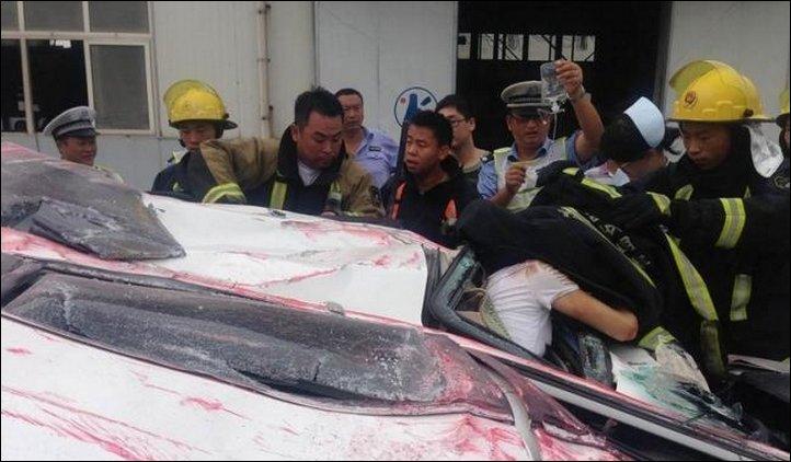 【奇跡】中国で落ちてきたコンテナにペシャンコにされた車、これでドライバー生存ってマジか!!(画像)・3枚目