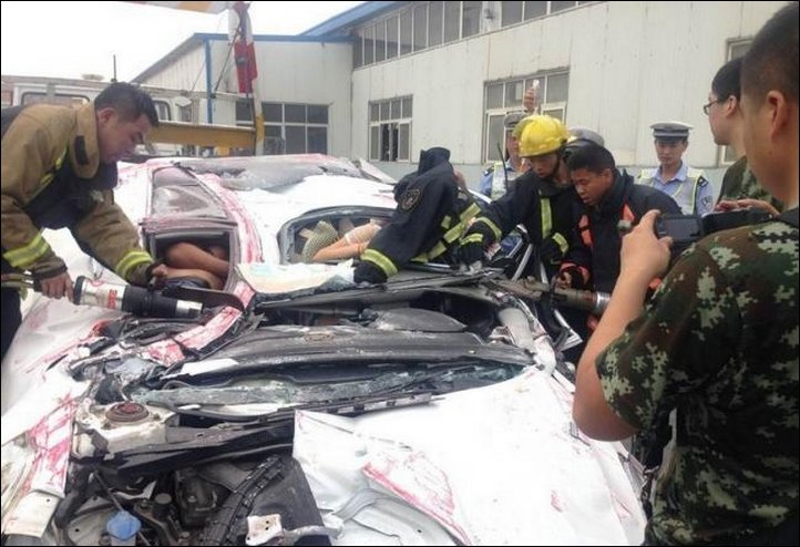 【奇跡】中国で落ちてきたコンテナにペシャンコにされた車、これでドライバー生存ってマジか!!(画像)・4枚目