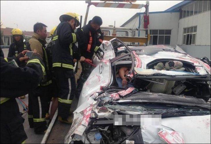 【奇跡】中国で落ちてきたコンテナにペシャンコにされた車、これでドライバー生存ってマジか!!(画像)・5枚目