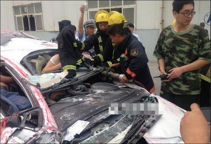 【奇跡】中国で落ちてきたコンテナにペシャンコにされた車、これでドライバー生存ってマジか!!(画像)・6枚目