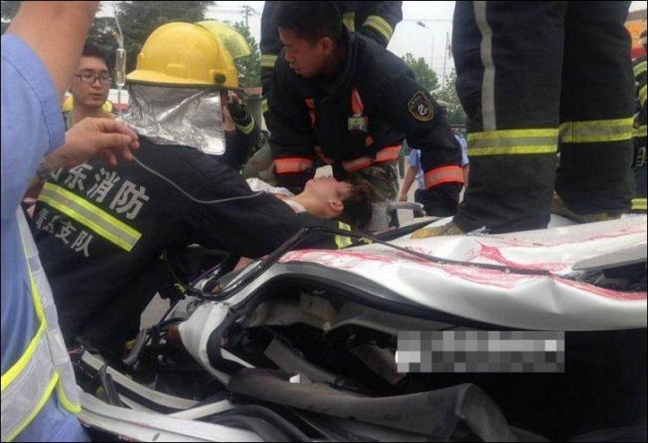【奇跡】中国で落ちてきたコンテナにペシャンコにされた車、これでドライバー生存ってマジか!!(画像)・7枚目