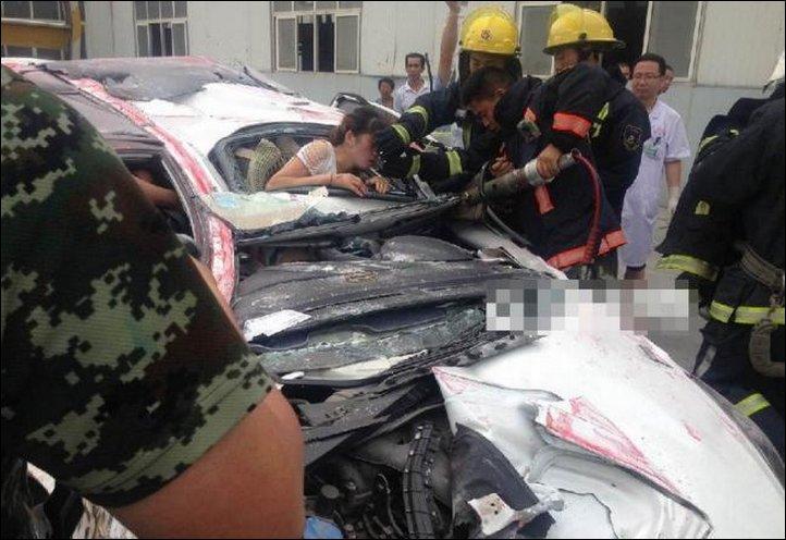 【奇跡】中国で落ちてきたコンテナにペシャンコにされた車、これでドライバー生存ってマジか!!(画像)・8枚目