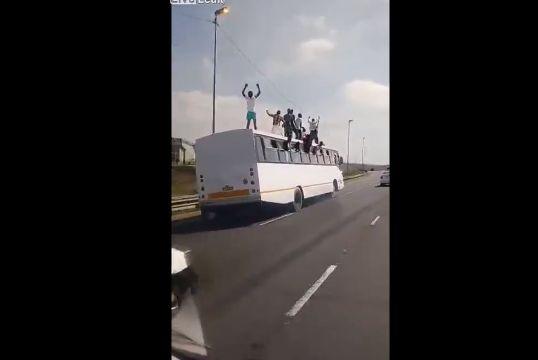 【危険行為】高速を走る大型バスの屋根の上で踊る人達、マジ危ねーーーーー!!(動画)・1枚目