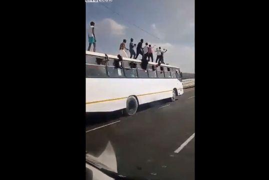 【危険行為】高速を走る大型バスの屋根の上で踊る人達、マジ危ねーーーーー!!(動画)・2枚目