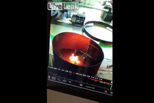 【悲惨】中国オイルタンクの清掃中起こった引火事故、人燃えてるのに誰も気づかない・・・・・(動画)・3枚目
