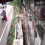 【不運】バイクで息子を待ってたスリランカ人男性、トラックに全力で轢かれる・・・・・(動画)