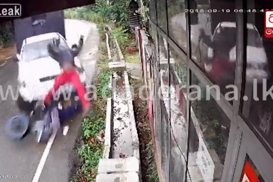 【不運】バイクで息子を待ってたスリランカ人男性、トラックに全力で轢かれる・・・・・(動画)・2枚目