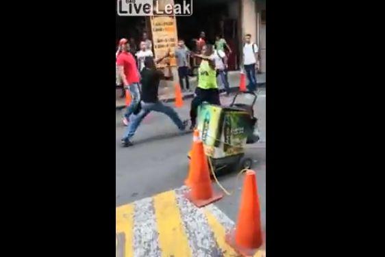 【殺し合い】コロンビアで撮影された、ナイフを持った男同士の決闘・・・・・怖過ぎだろ(動画)・1枚目