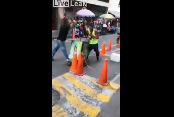 【殺し合い】コロンビアで撮影された、ナイフを持った男同士の決闘・・・・・怖過ぎだろ(動画)・2枚目