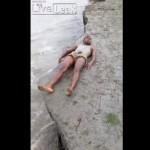 【衝撃】川っぺりで日光浴しようとしたインド人男性、とんでもない事になる・・・・・(動画)