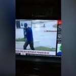 【迫真】台風の中必死でリポートする男性、後ろワロタwwwww(動画)