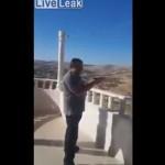 【衝撃】テラスから仲間と発泡して遊んでたアラブ親父、いきなり自殺する・・・・・(動画)