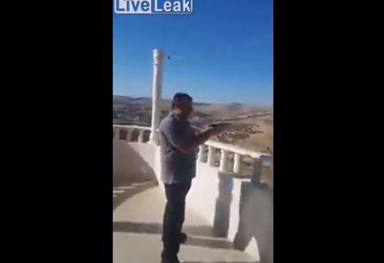【衝撃】テラスから仲間と発泡して遊んでたアラブ親父、いきなり自殺する・・・・・(動画)・3枚目