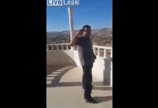 【衝撃】テラスから仲間と発泡して遊んでたアラブ親父、いきなり自殺する・・・・・(動画)・4枚目