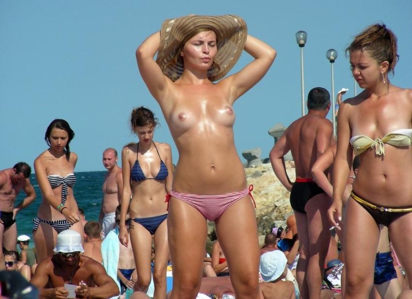 【おっぱい天国】ヌーディストビーチでも一般ビーチでもすぐおっぱい出しちゃう外人トップレスネキ、超シコい!!・1枚目