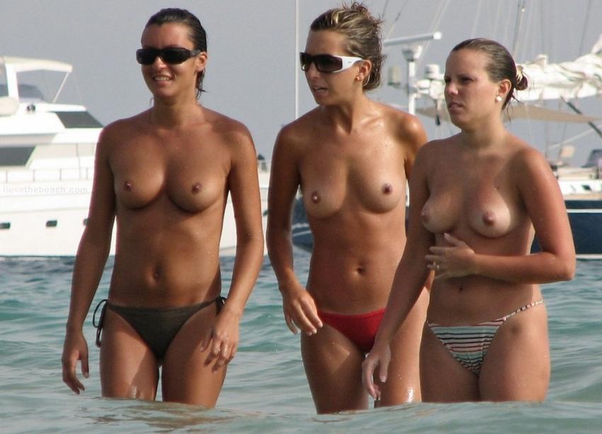 【おっぱい天国】ヌーディストビーチでも一般ビーチでもすぐおっぱい出しちゃう外人トップレスネキ、超シコい!!・2枚目
