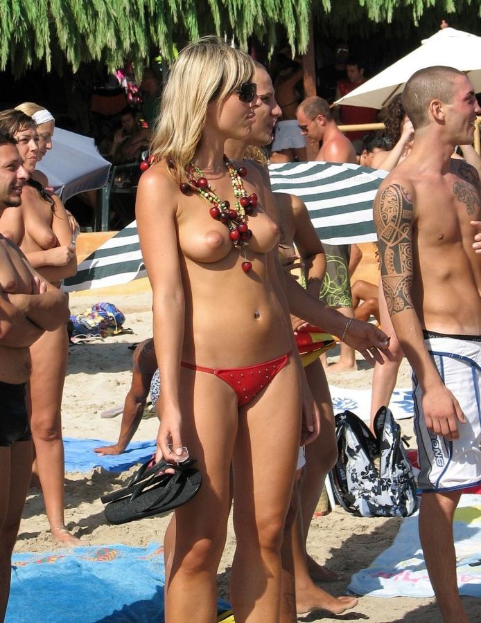 【おっぱい天国】ヌーディストビーチでも一般ビーチでもすぐおっぱい出しちゃう外人トップレスネキ、超シコい!!・7枚目