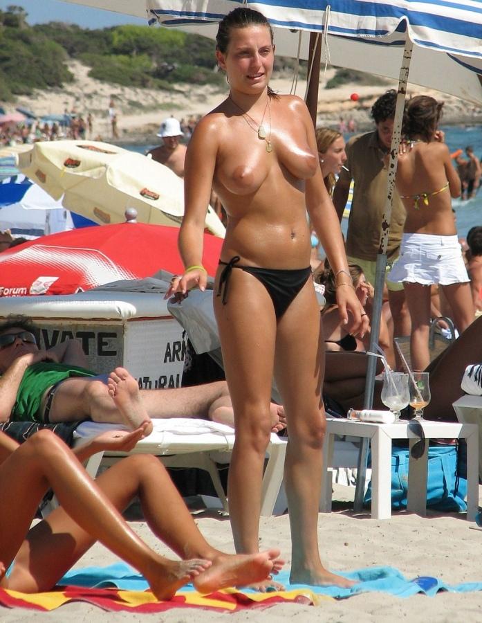 【おっぱい天国】ヌーディストビーチでも一般ビーチでもすぐおっぱい出しちゃう外人トップレスネキ、超シコい!!・11枚目