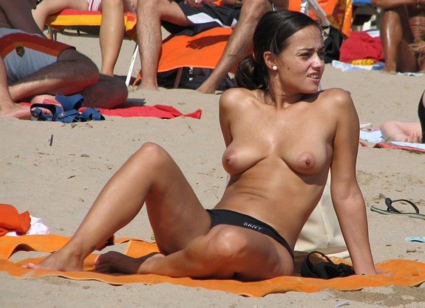 【おっぱい天国】ヌーディストビーチでも一般ビーチでもすぐおっぱい出しちゃう外人トップレスネキ、超シコい!!・13枚目