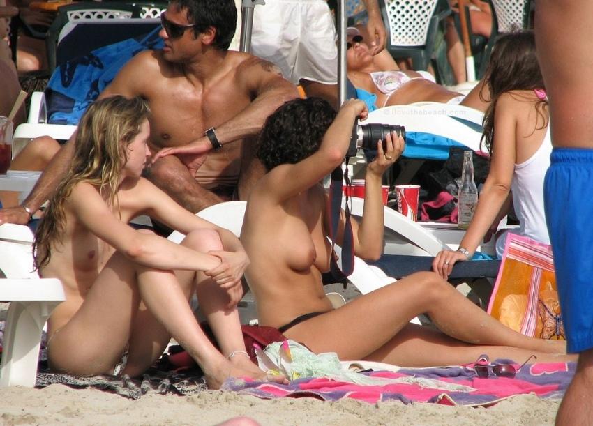 【おっぱい天国】ヌーディストビーチでも一般ビーチでもすぐおっぱい出しちゃう外人トップレスネキ、超シコい!!・14枚目