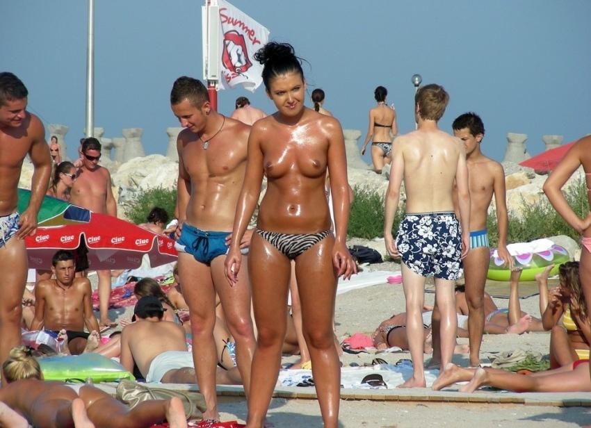 【おっぱい天国】ヌーディストビーチでも一般ビーチでもすぐおっぱい出しちゃう外人トップレスネキ、超シコい!!・16枚目