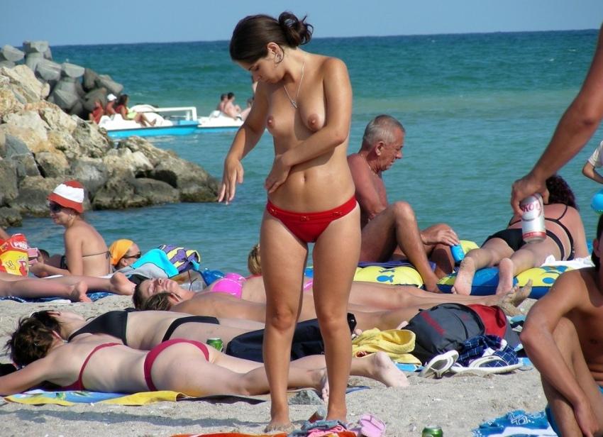 【おっぱい天国】ヌーディストビーチでも一般ビーチでもすぐおっぱい出しちゃう外人トップレスネキ、超シコい!!・21枚目