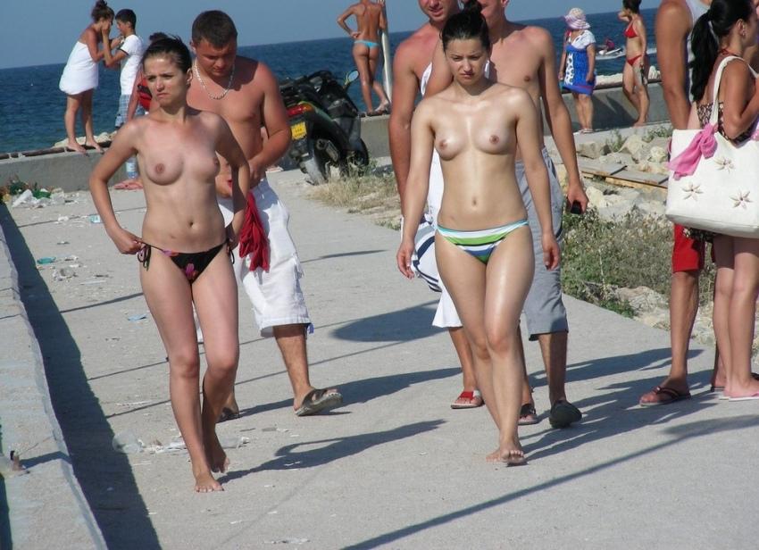 【おっぱい天国】ヌーディストビーチでも一般ビーチでもすぐおっぱい出しちゃう外人トップレスネキ、超シコい!!・27枚目