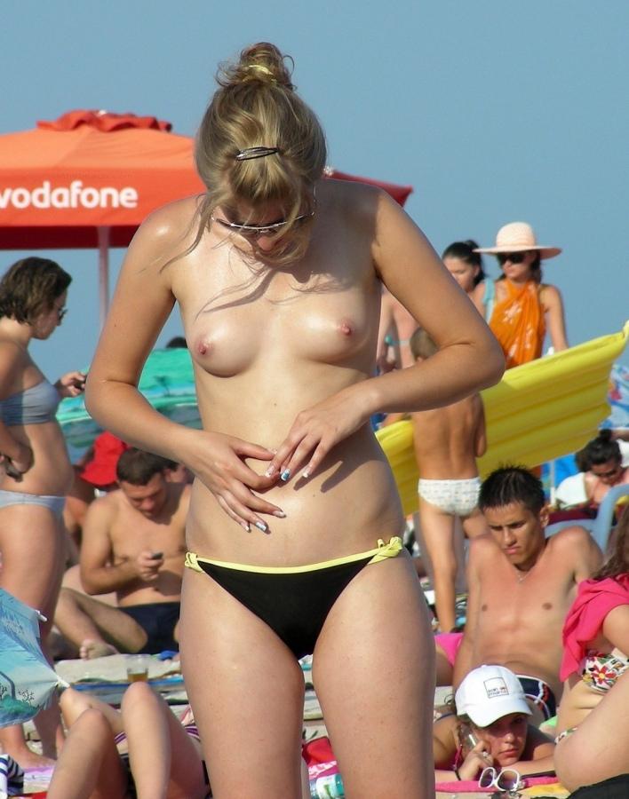 【おっぱい天国】ヌーディストビーチでも一般ビーチでもすぐおっぱい出しちゃう外人トップレスネキ、超シコい!!・29枚目