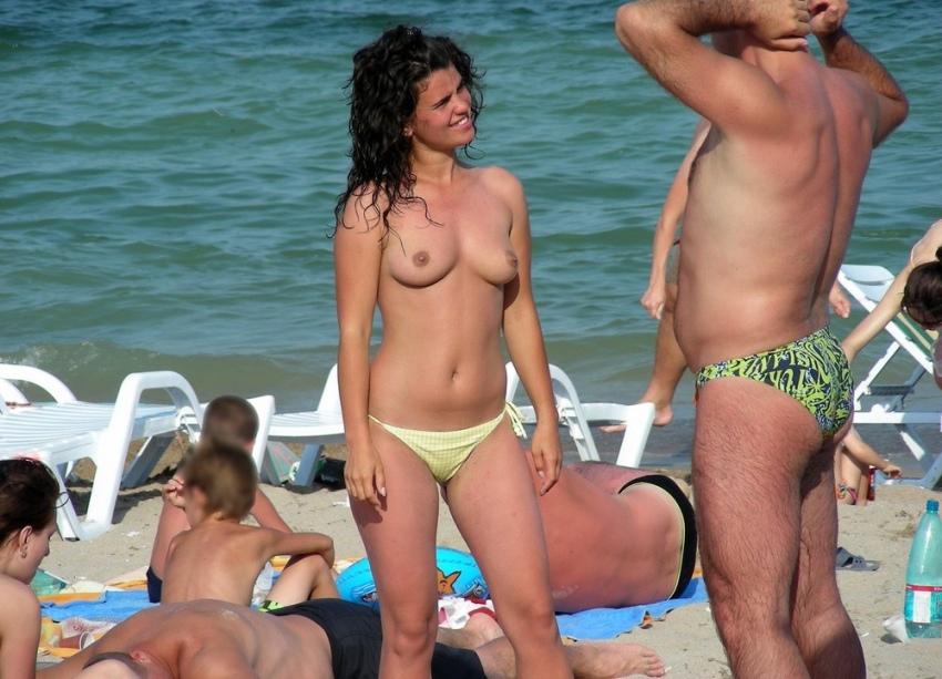 【おっぱい天国】ヌーディストビーチでも一般ビーチでもすぐおっぱい出しちゃう外人トップレスネキ、超シコい!!・33枚目