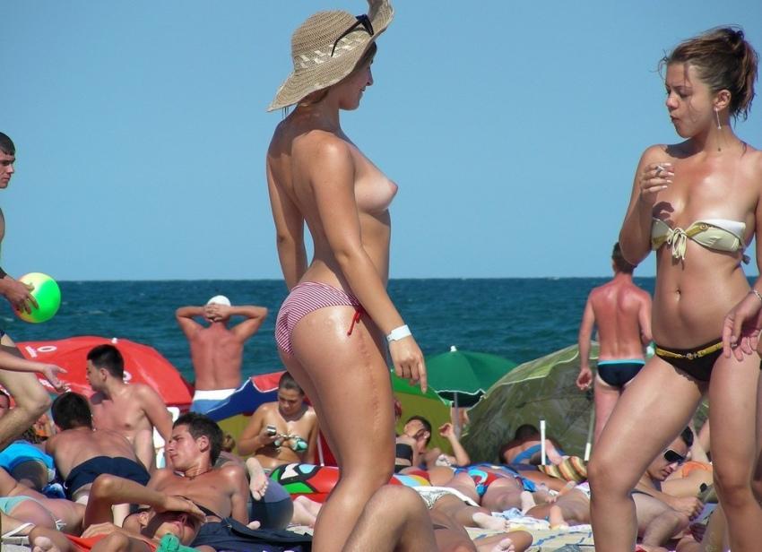 【おっぱい天国】ヌーディストビーチでも一般ビーチでもすぐおっぱい出しちゃう外人トップレスネキ、超シコい!!・36枚目