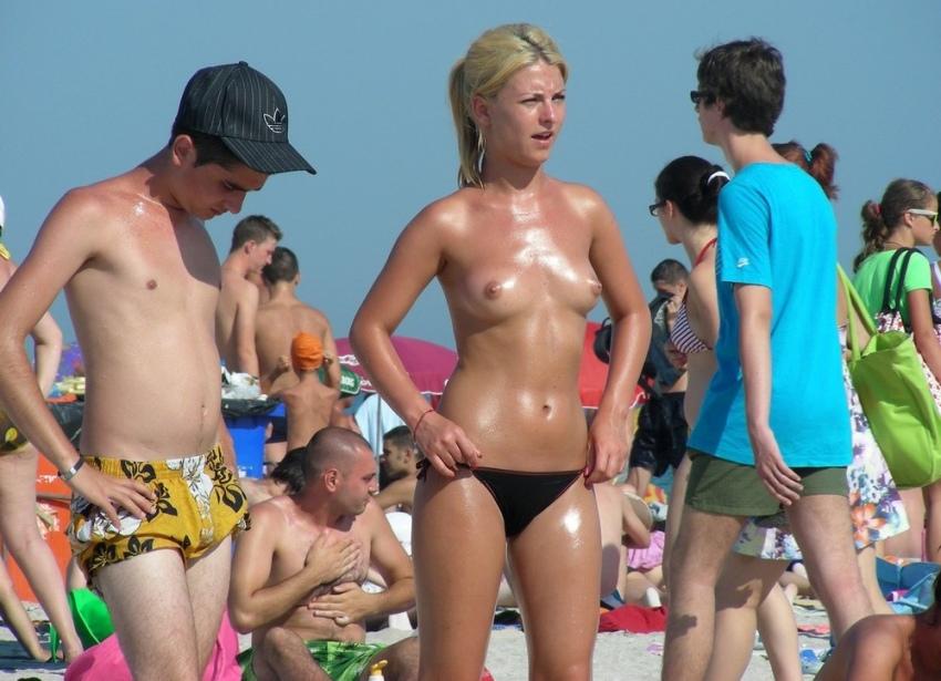 【おっぱい天国】ヌーディストビーチでも一般ビーチでもすぐおっぱい出しちゃう外人トップレスネキ、超シコい!!・39枚目