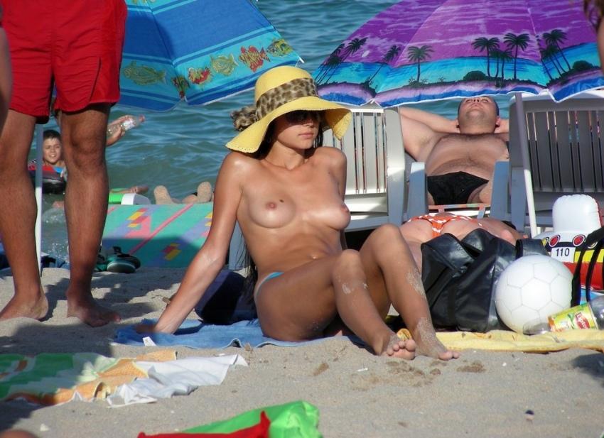 【おっぱい天国】ヌーディストビーチでも一般ビーチでもすぐおっぱい出しちゃう外人トップレスネキ、超シコい!!・45枚目