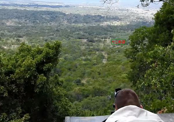 【凄腕】推定850ヤード(777メートル)からヒヒを狙撃する凄腕スナイパー、でもちょっと惨い・・・・・(動画)・1枚目
