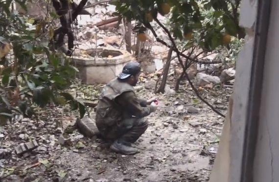 【閲覧注意】DIYしたお手製手りゅう弾に火をつけるイスラムジハードニキ、両腕を吹っ飛ばす・・・・・(動画)・1枚目