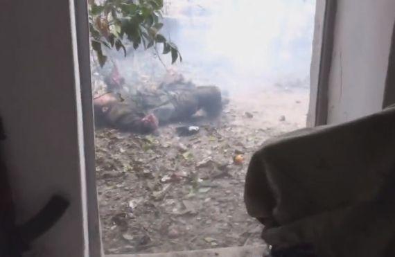 【閲覧注意】DIYしたお手製手りゅう弾に火をつけるイスラムジハードニキ、両腕を吹っ飛ばす・・・・・(動画)・2枚目