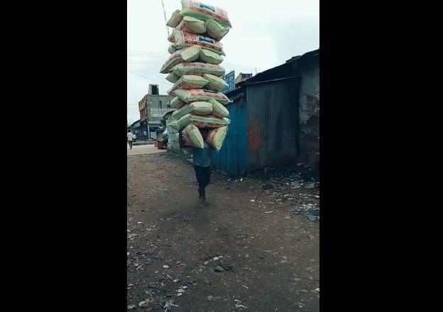 【モンスター】信じられない程の荷物を担いで歩く男性、凄過ぎだろ・・・・・(動画)・2枚目