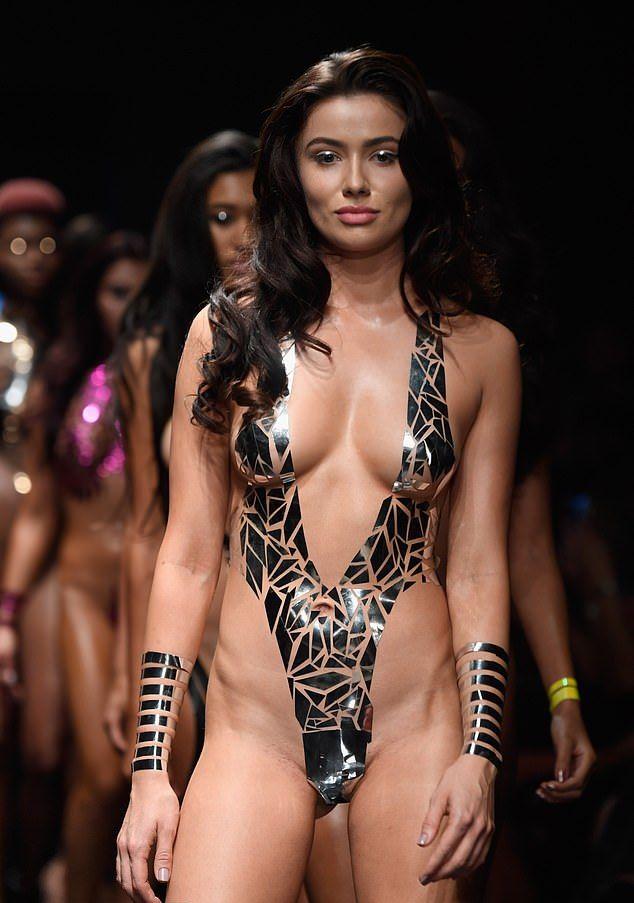 【万能ツール】アメリカ発祥ダクトテープファッションショー、ほぼ裸でワロタwwwwww(画像)・4枚目