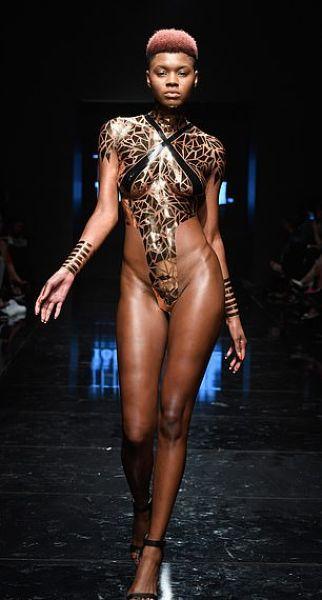 【万能ツール】アメリカ発祥ダクトテープファッションショー、ほぼ裸でワロタwwwwww(画像)・10枚目