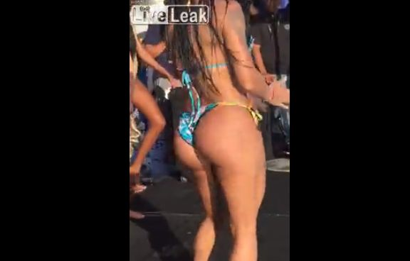 【昇天】美女の腰振りダンスに興奮し過ぎた観客男性、ぶっ倒れるwwwww(動画)・1枚目
