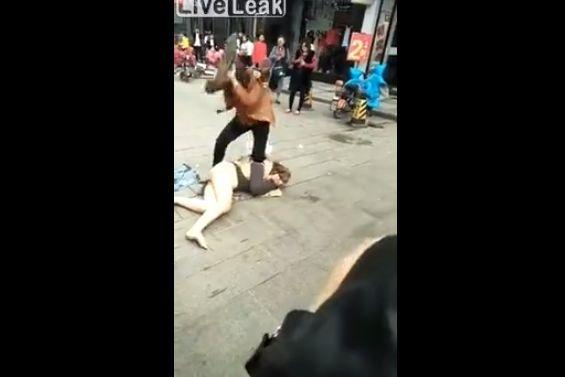 【自業自得】中国の不倫まんさん、不倫相手の奥さんにボコボコにされる・・・・・(動画)・2枚目
