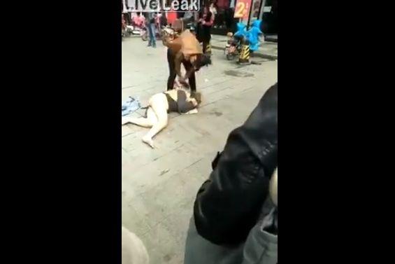 【自業自得】中国の不倫まんさん、不倫相手の奥さんにボコボコにされる・・・・・(動画)・3枚目