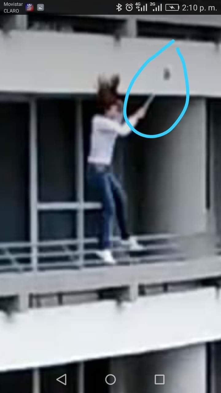 【自業自得】マンション27階のベランダで自撮りしてたまんさん、予想通りの展開に・・・・・(動画)・1枚目