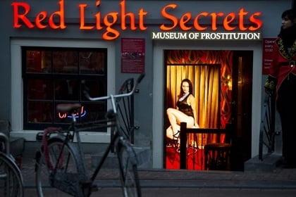 """【オランダ風俗】オランダの人気風俗スポットRed Light District通称""""飾り窓""""、パネマジ無しだし以外と良心的だなwwwww(画像)・9枚目"""