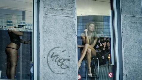 """【オランダ風俗】オランダの人気風俗スポットRed Light District通称""""飾り窓""""、パネマジ無しだし以外と良心的だなwwwww(画像)・12枚目"""