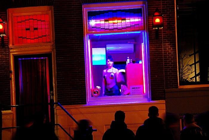 """【オランダ風俗】オランダの人気風俗スポットRed Light District通称""""飾り窓""""、パネマジ無しだし以外と良心的だなwwwww(画像)・16枚目"""