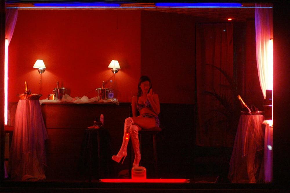 """【オランダ風俗】オランダの人気風俗スポットRed Light District通称""""飾り窓""""、パネマジ無しだし以外と良心的だなwwwww(画像)・25枚目"""