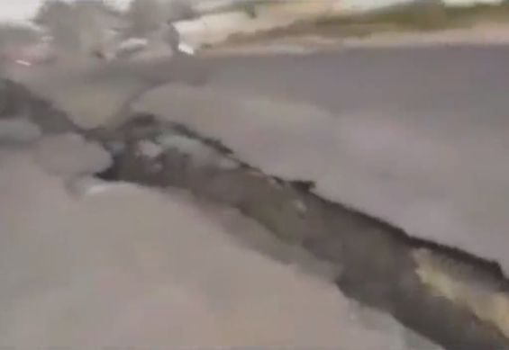 【地震動画】地震大国インドネシア、大きな揺れと地割れでパニックになる住人・・・・・(動画)・1枚目