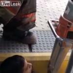 【レスキュー動画】列車とホームの隙間に挟まったインド人男性の救助の様子、一応生きてる・・・・・(動画)